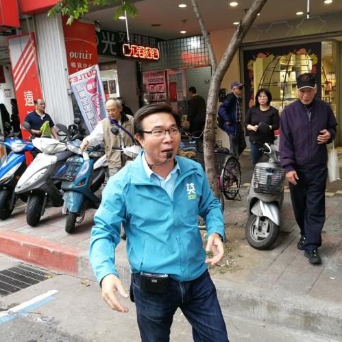 2020總統大選,張茂楠議員陪同蔡英文總統掃街、拜票。