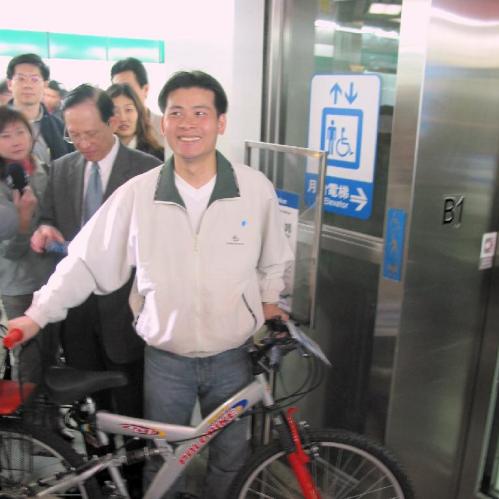 推動腳踏車上捷運(01.15)