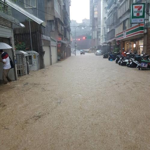 170602強降雨淹大湖山莊街